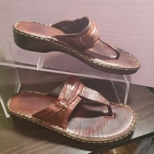 CLARKS MAHOGANY WALKING LEATHER THONG SANDAL 5M